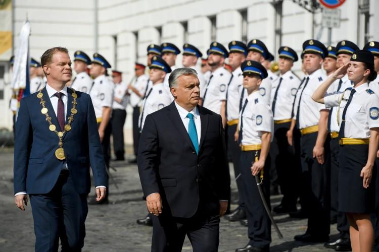 Üzent a magyar egyenruhásoknak Orbán Viktor