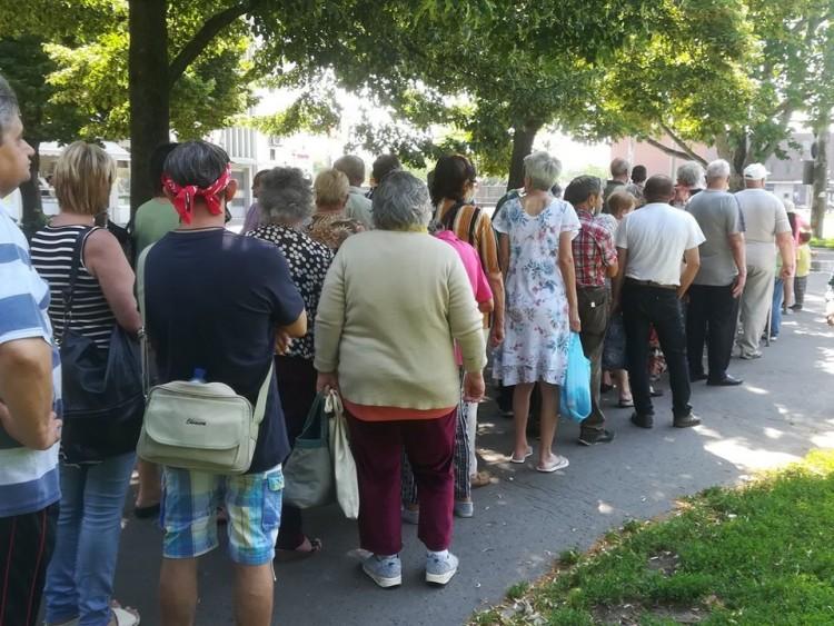 Rengetegen álltak sorba egy tál ételért Debrecenben