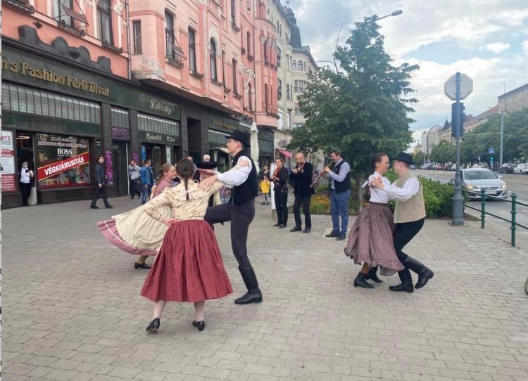 Táncosok pattantak elő Debrecenben a semmiből