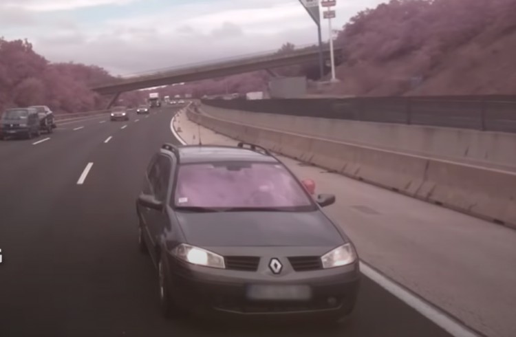 Videó: közutasokba csapódott egy Renault az M0-son