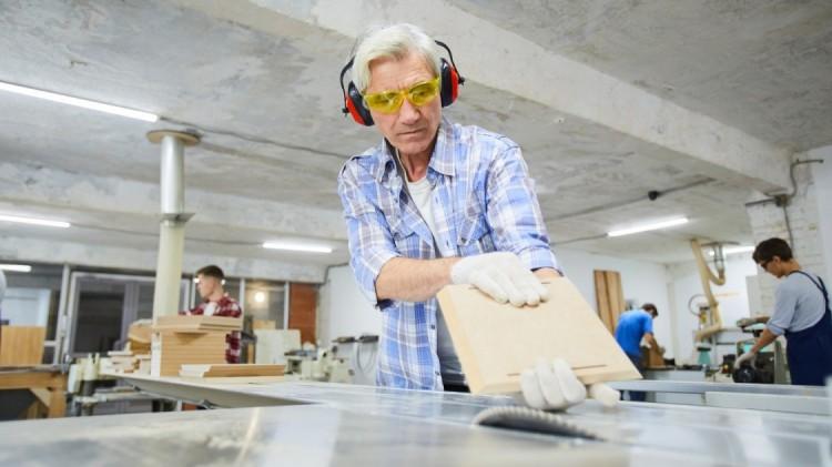 Többet kereshetnek a nyugdíj mellett dolgozók