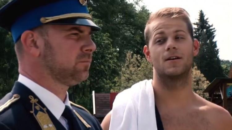 A rendőr és az úszósztár mókás videóval figyelmeztet a veszélyre