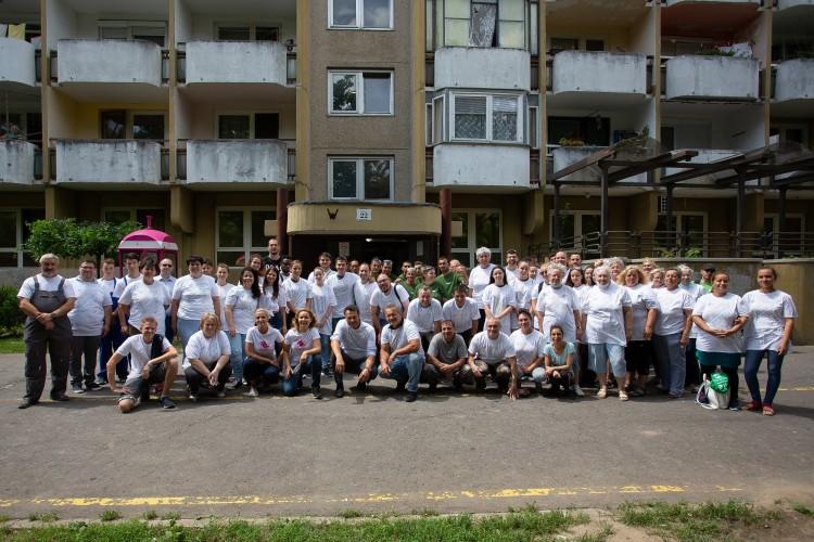 Száz önkéntes festett ki egy Derék utcai lépcsőházat