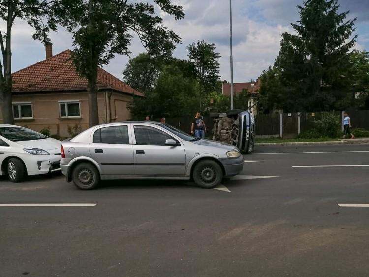 Felborult egy autó Debrecenben