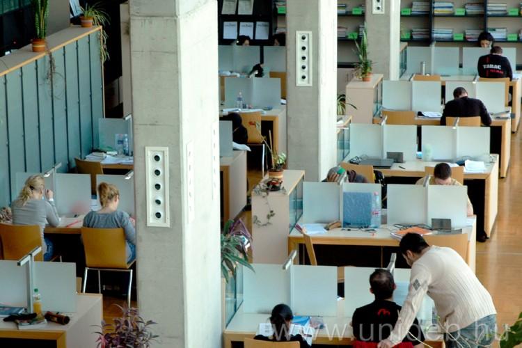 Mit keres Dr. House a Debreceni Egyetem könyvtárában?