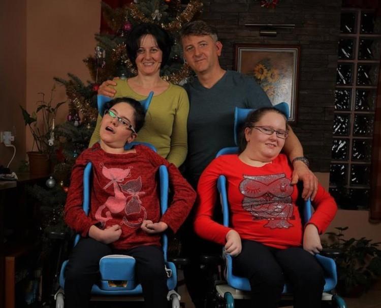 Mindkét lányuk mozgássérült – autóra gyűjt a hajdúnánási család