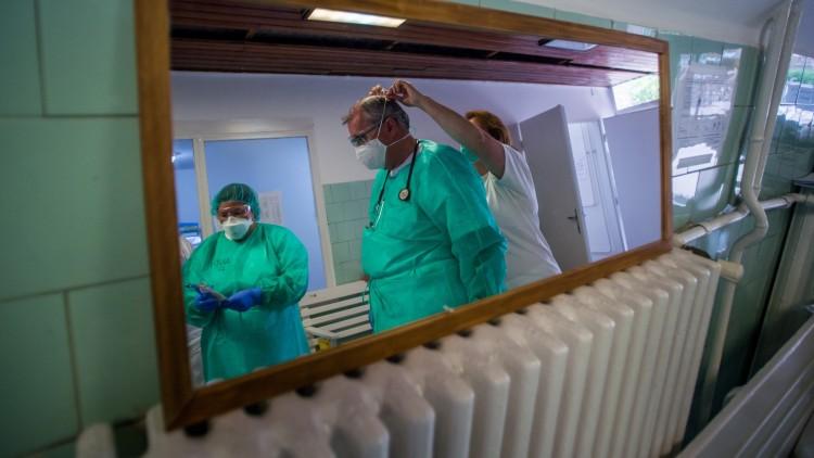 Cáfolják, hogy minden negyedik beteg kórházban kapta volna el a koronavírust