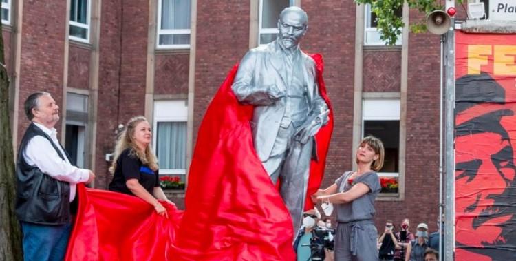 Felháborítja a Fideszt, hogy Lenin-szobrot emeltek Németországban
