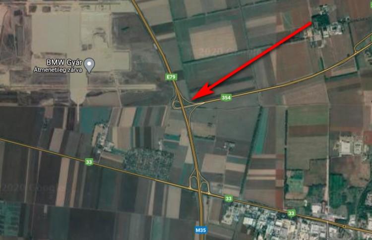 Szalagkorlátnak csapódott egy autó az M35-ösön Debrecennél