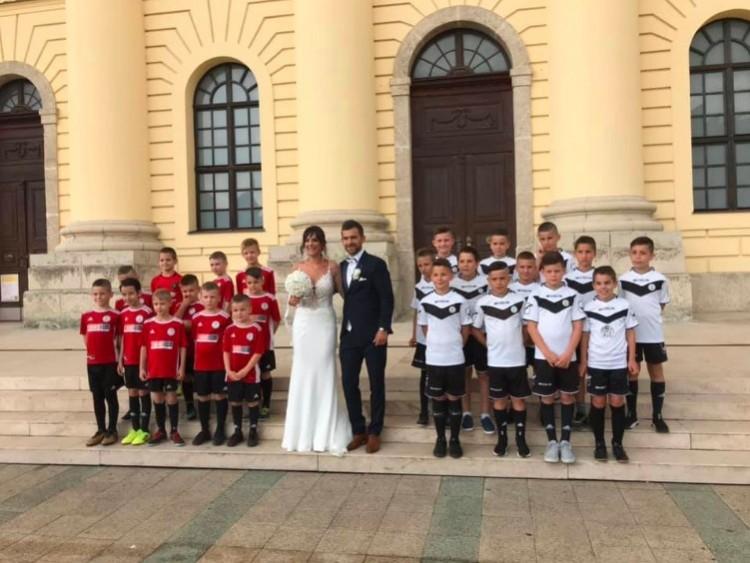 """Kissrácok álltak """"koszorúslánynak"""" Debrecenben"""