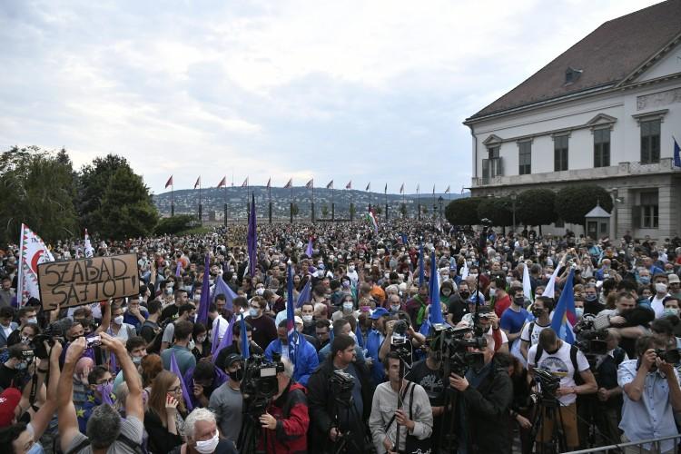 Rengetegen vonultak utcára a sajtó szabadságért