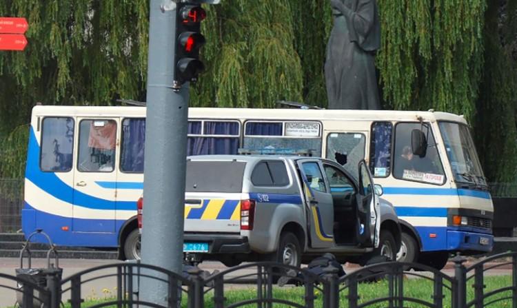 Fegyveres ejtett túszokat egy buszon Ukrajnában