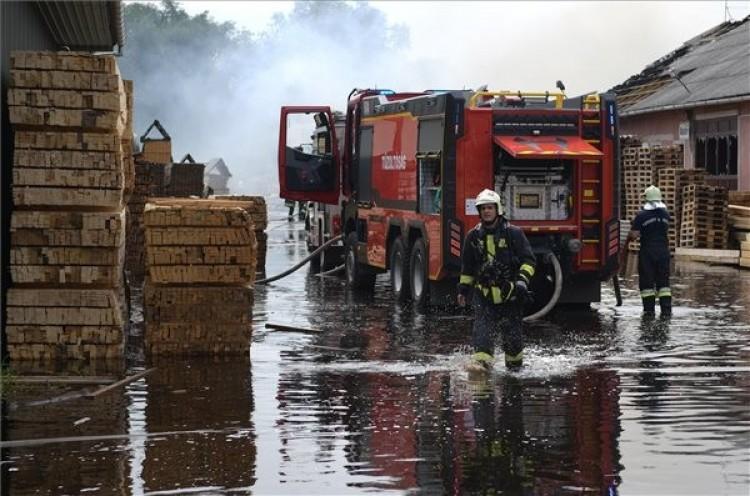 Tűz ütött ki egy faipari telephelyen Hajdúböszörményben – Frissítve