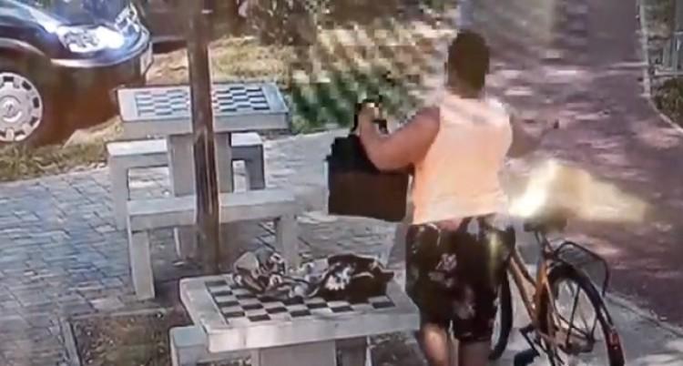 Ő sem egy úrinő! Így lopott női táskát Berettyóújfaluban! + VIDEÓ!