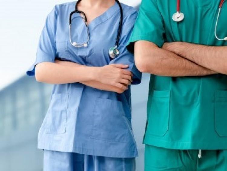 Húsz százalékkal emelik az ápolók, szakdolgozók fizetését
