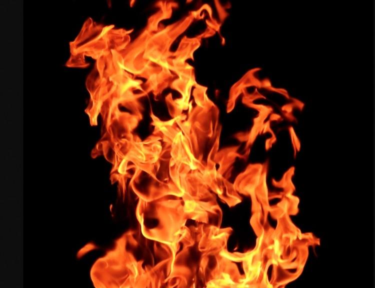 Óriási tűz egy Földes és Tetétlen közötti szarvasmarhatelepen
