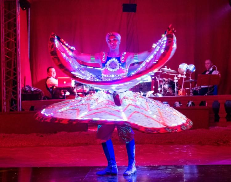 Itt a cirkusz! Folyamatosan pörgő LED-szoknyát is láthat Debrecenben
