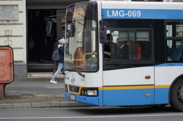 Debrecenben tilos a buszvezető mellett állni!
