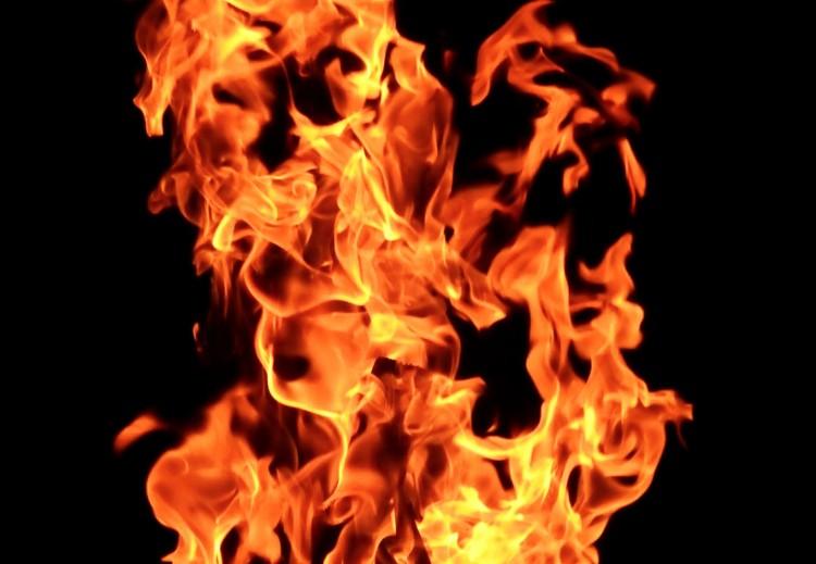 Lángolt egy családi ház teteje Szikigyakoron