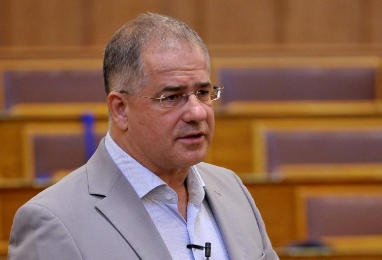 Kósa Lajos előadta a parlamentben a nagy tervét a multik ellen