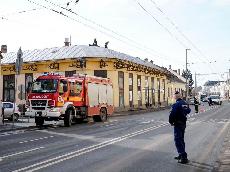 Épület tetejét bontotta meg a szél Debrecenben