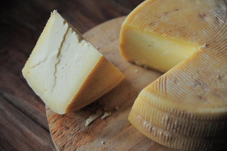 Üvegdarabok miatt sajtokat vettek le a boltok polcairól