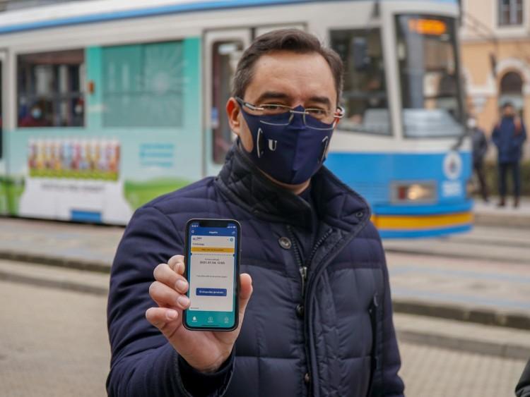 A debreceni polgármester a mobilját mutatta a villamoson