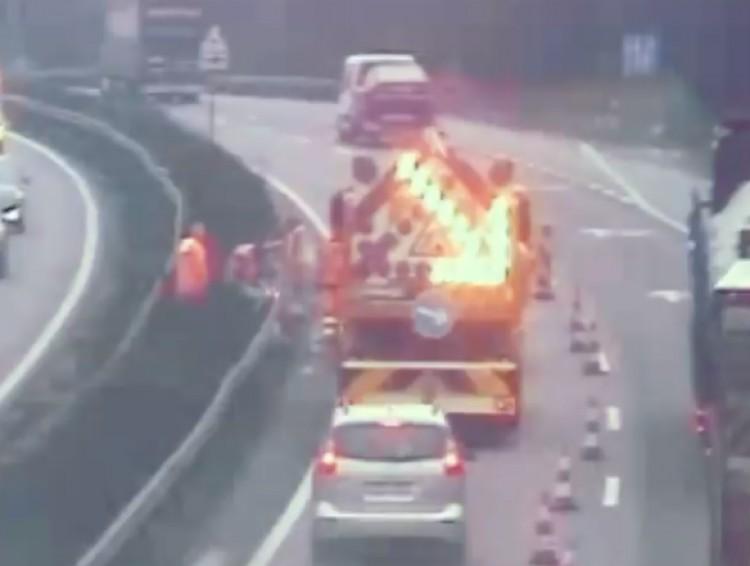 Videón, ahogy egy autós becsapódik a munkaterületet védő járműbe