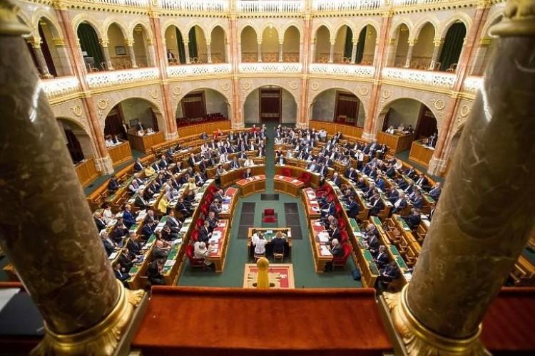 Rendkívüli ülést kezdeményez az ellenzék a járvány elleni védekezés miatt