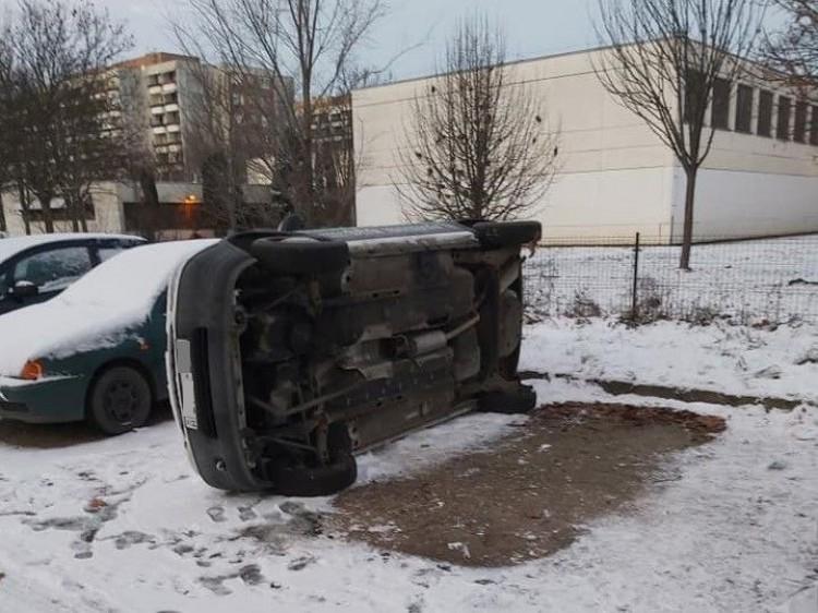Tolvajok fordíthattak fel egy autót Debrecenben
