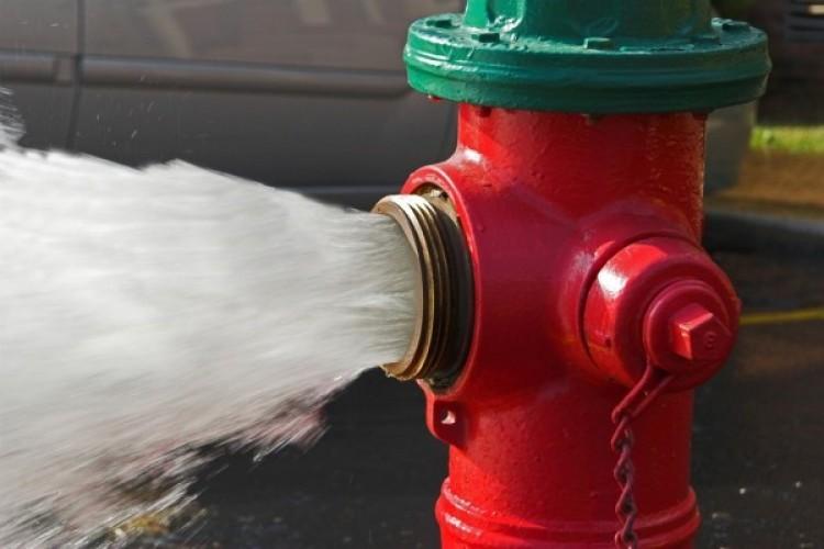 Tűzcsapot döntött ki egy autós Debrecenben
