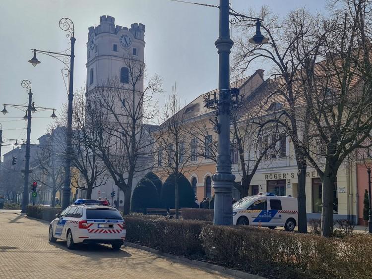 Betörtek a debreceni városházával szemközti óraboltba