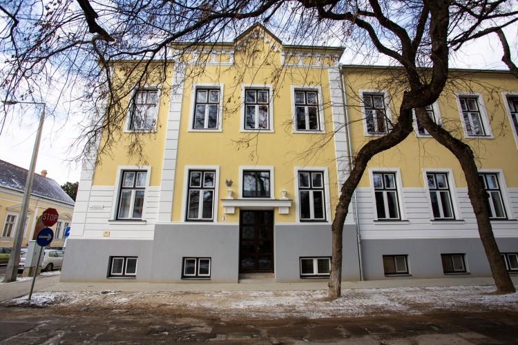Újabb gimnázium épületét korszerűsítették Debrecenben
