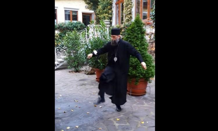 Láttak már püspököt reverendában toll-labdával dekázni? + VIDEÓ!