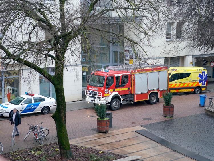 Idős emberhez riasztották a tűzoltókat Debrecenben
