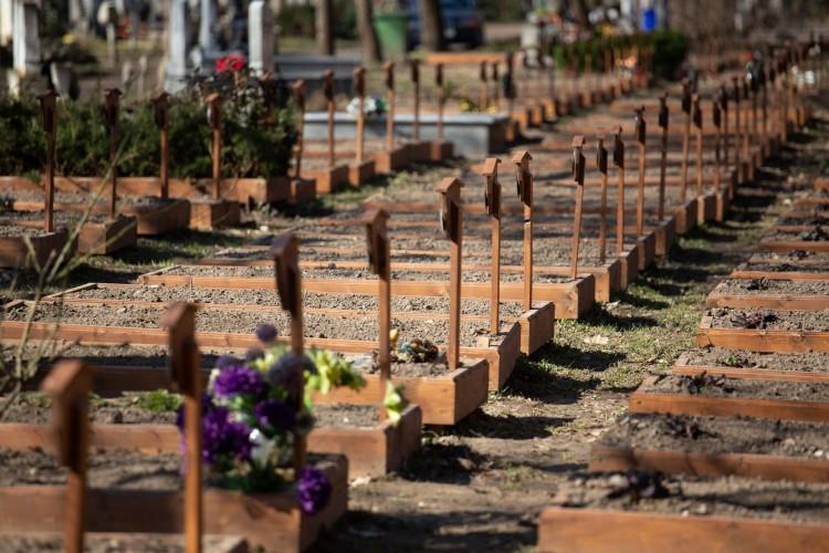 Hajléktalanok sírokat tettek rendbe Debrecenben