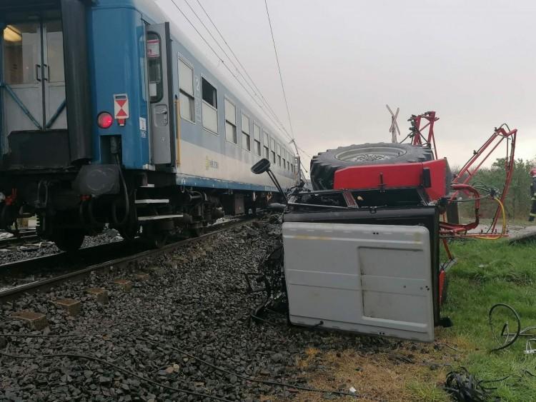 Két vonattal ütközött egy mezőgazdasági jármű Újfehértónál