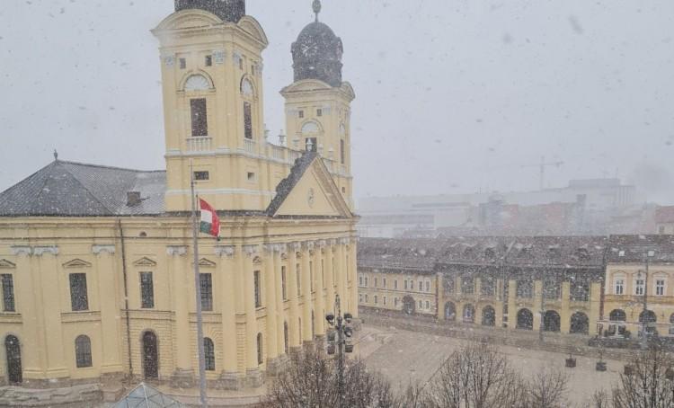 Még télen sem hullott ekkora pelyhekben a hó Debrecenben!