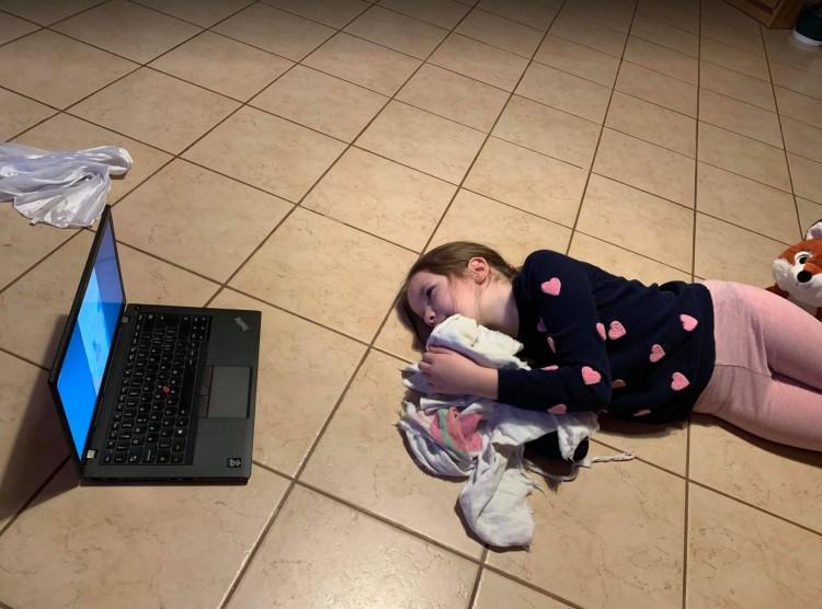 Online oktatás: az alsósok haladása igen nehézkes
