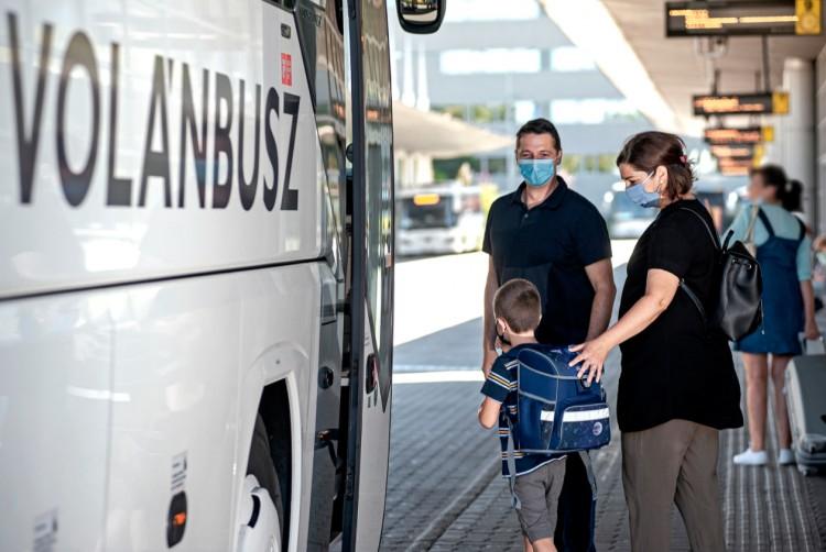 Nyitja a Volánbusz az első ajtókat, menetjegyet is lehet venni