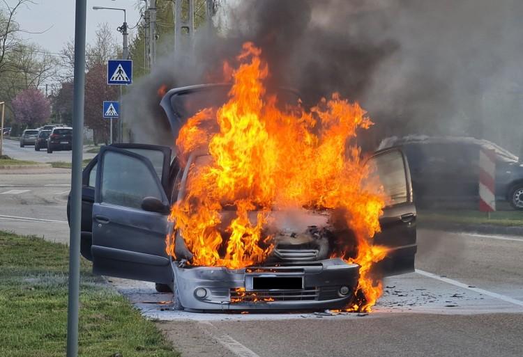 Porrá égett egy autó Debrecenben +Fotók