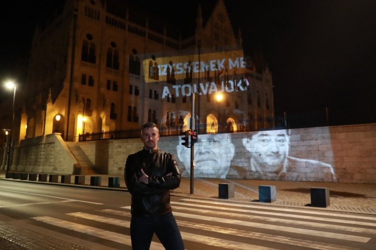 Orbán Viktort támadta az Országgyűlés falán a Jobbik elnöke