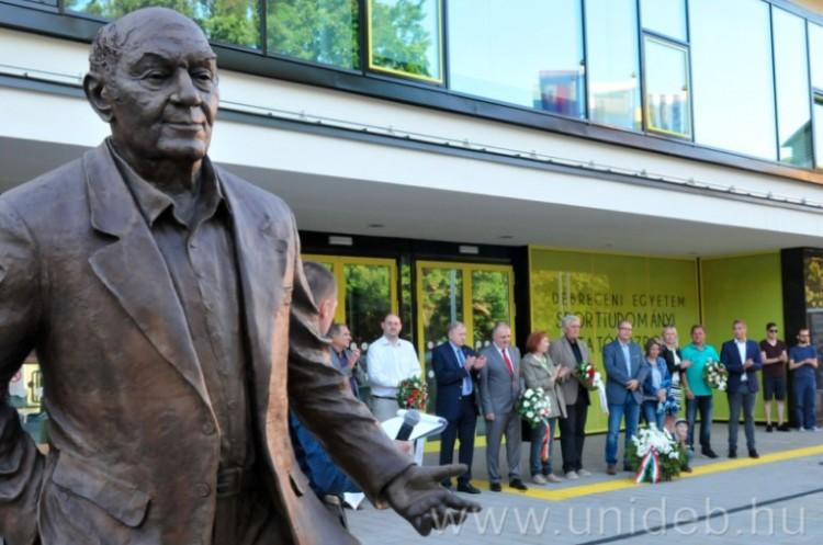 Buzánszky Jenőre emlékeztek, akinek Debrecenben szobra áll