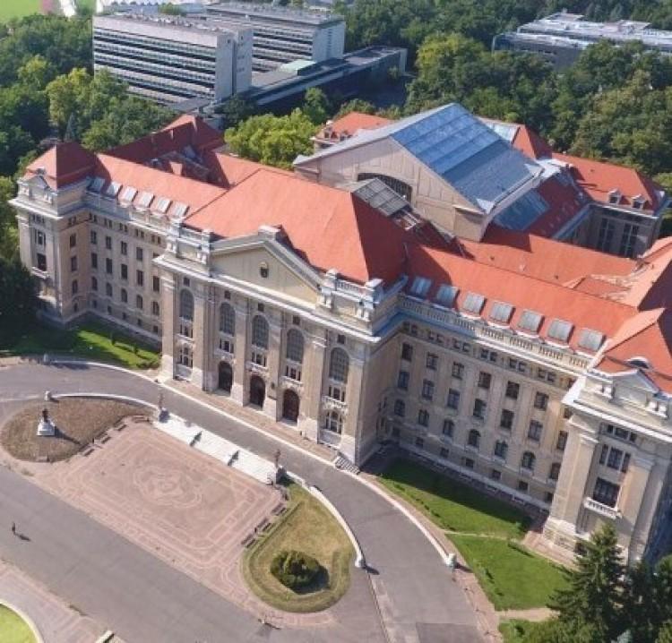 Debrecenben gyorsítópályára került az egyetem - így a kormánybiztos