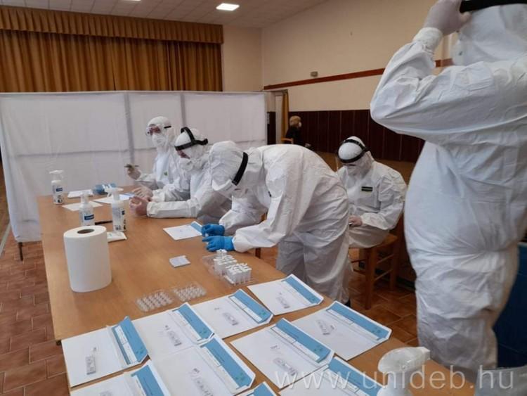 Rengeteg egyetemista segíti a vírus elleni védekezést Debrecenben