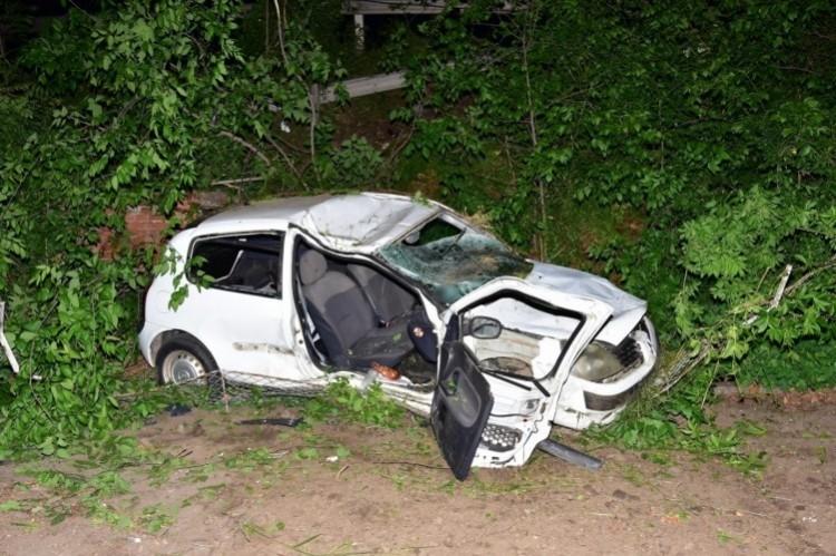 Lezuhant egy autó a felüljáróról – a sofőr a sérültet hátrahagyva menekült