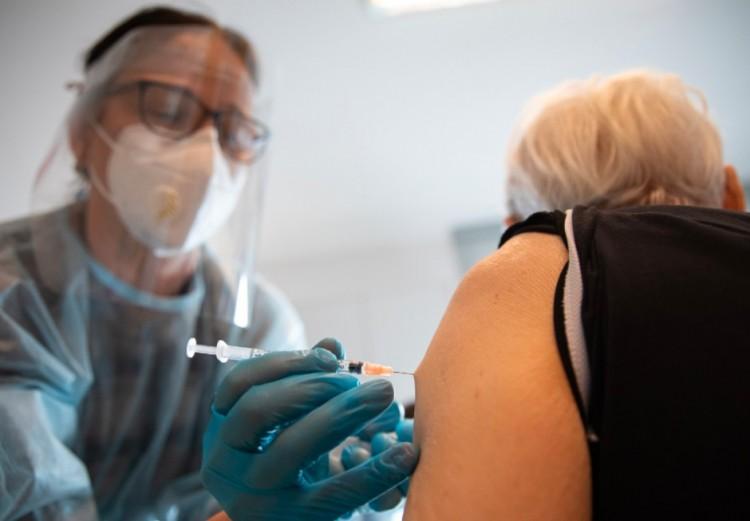 Virológus: a beoltott emberben a vírus töredékmennyiségben szaporodik