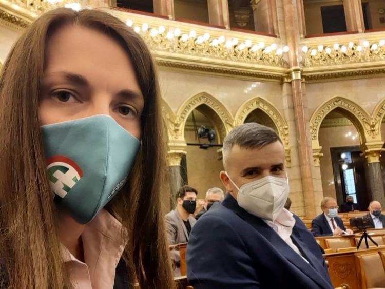 Negatív teszttel is lehessen szállást foglalni, mondja a Jobbik
