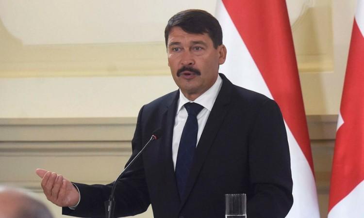Aláírja Áder az ellenzék által melegellenesnek tekintett törvényt