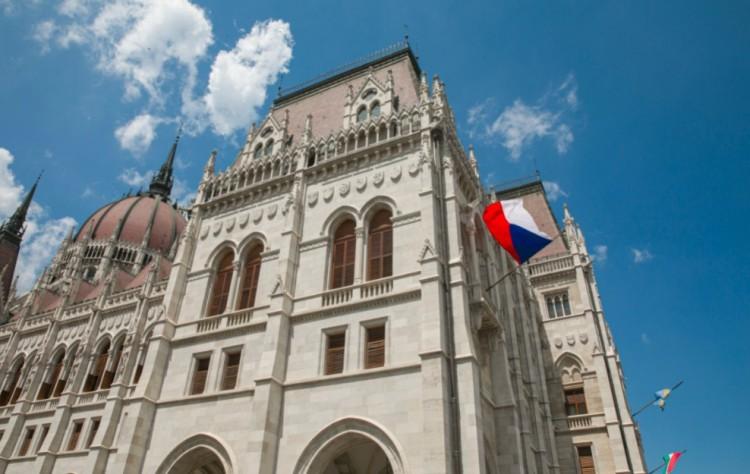 """Cseh zászló az Országházon! Magyarország """"államilag"""" is elkötelezte magát"""